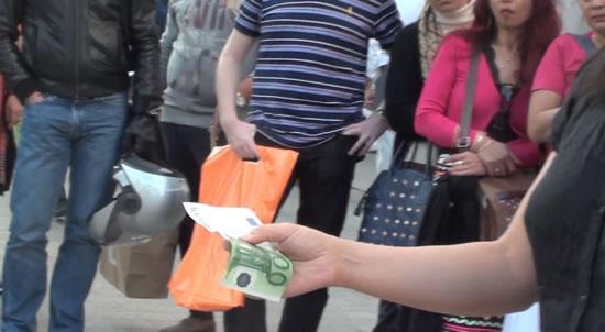 Sculpter un billet de 100 euros, détail de la performance